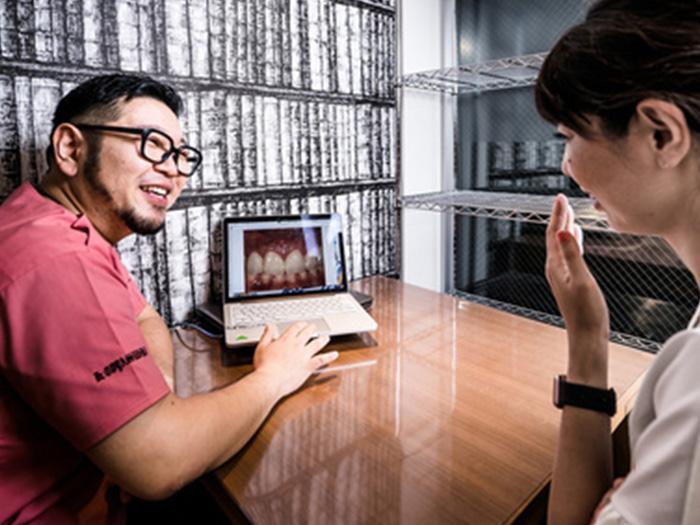 PC画面を見せながら説明する風景